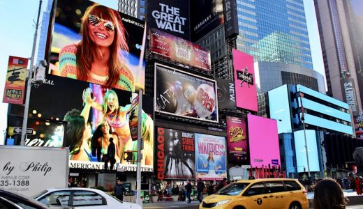 ニューヨーク・タイムズスクエアの広告料は?最新は「波打つ」
